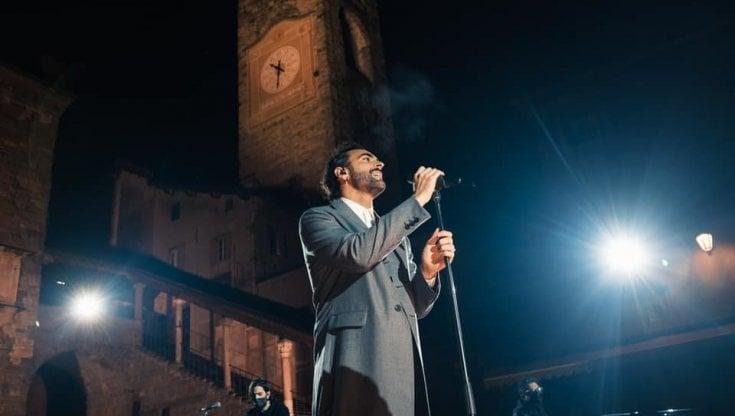 """Bergamo, Marco Mengoni emoziona cantando """"L'anno che verrà"""""""