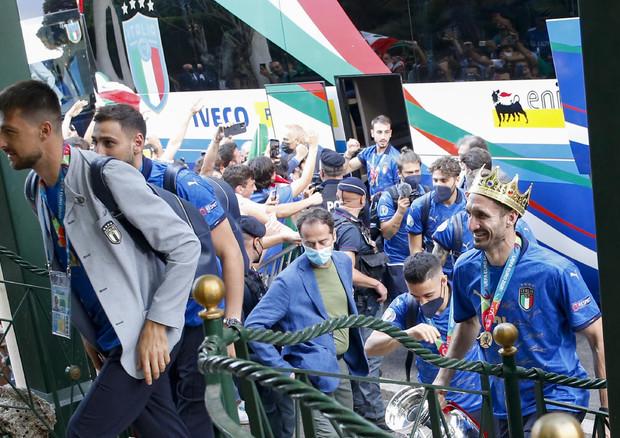 Europei, Italia campione d'Europa: gli Azzurri a Roma, Chiellini scende dal bus con la Coppa davanti ai tifosi